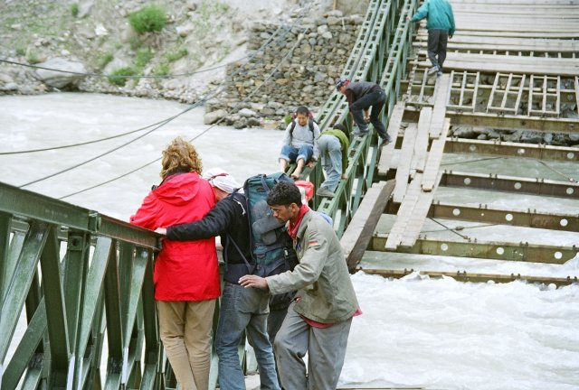 Gewagte Kletterpartie über den Fluss_bruecke_nach_Leh