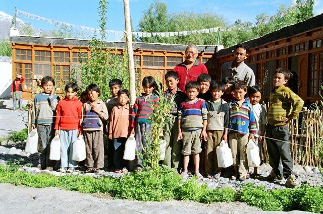 Lama Zotpa mit Schülern 2004