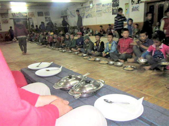 Gemeinsame Mahlzeit im Speisesaal
