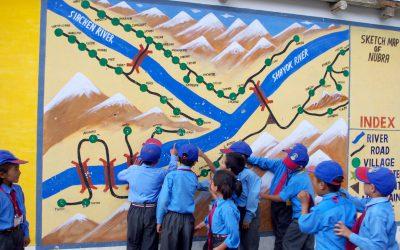 Die Schulkinder vor einer Karte des Nubratals
